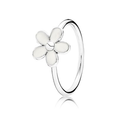 This beautiful sterling silver stacking Darling Daisies PANDORA ring has a gorgeous white enamel daisy flower sitting prominently on it. Wear it on its own or stack it with other rings for a fun and girlie look!  * PANDORA offers European even number ring sizing. If your finger measures between ring sizes we recommend selecting the next larger size.