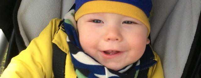 Omdat we binnenkort naar de sneeuw gaan, zocht ik een lekker warme sjaal en muts voor ons zoontje. Ik vond deze bij BabyToet Webshop. #baby #clothes #babykleding #babytoet #winter #babymuts #babysjaal