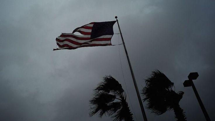 La fuerza de los vientos del huracán Matthew en Atlantic Beach, Florida, el 7 de octubre de 2016. (Crédito: JEWEL SAMAD/AFP/Getty Images).