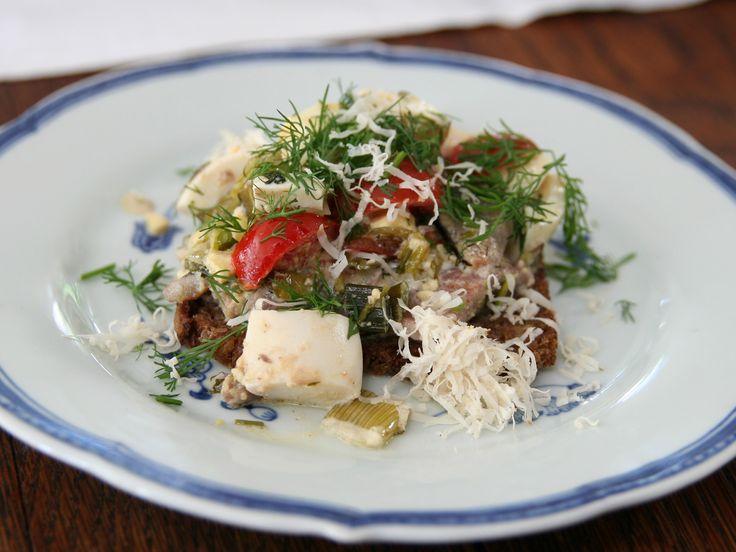 Smörrebröd med matjessill, tomat, ägg och pepparrot   Recept från Köket.se