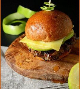 Бургеры из индейки и яблок с сыром Чеддер