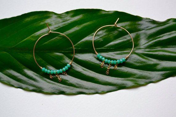 Créoles or et perles vert menthe à l'eau/ anneaux par Bananeirarosa