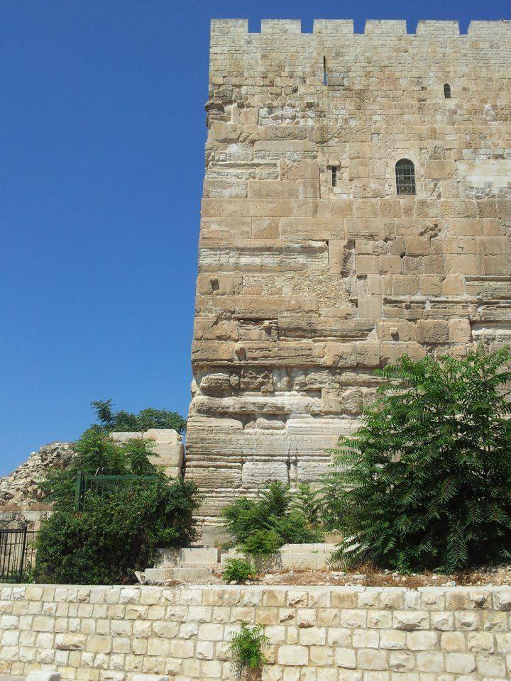 """O canto sudeste do Monte do Tempo ainda conserva as originais pedras herodianas. Suas altas torres sobre o Vale do Kidron. Acredita-se que aqui é o topo do muro aonde Jesus foi tentado pelo Diabo Jesus lhe respondeu: """"Também está escrito: '  Não tentarás o Senhor teu Deus."""" Mateus 4:5-7"""