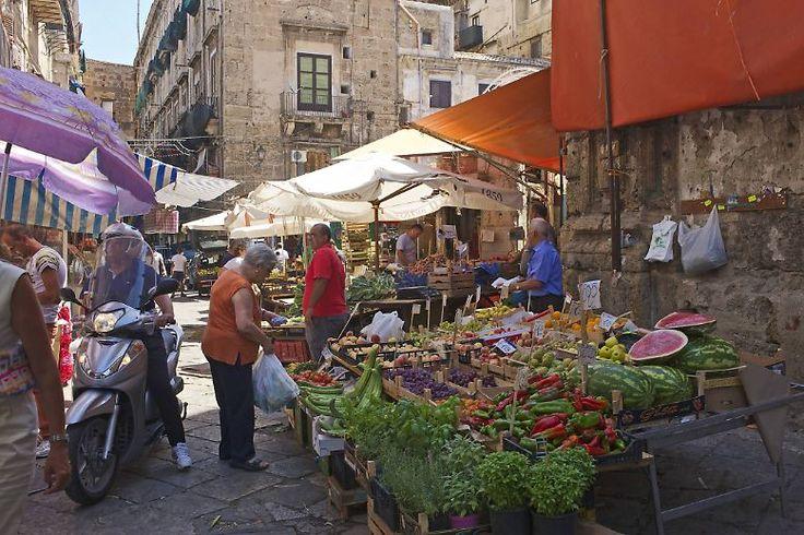Aber kann man die sizilianische Hauptstadt auch porträtieren, ohne in die Falle des Pittoresken zu tappen?