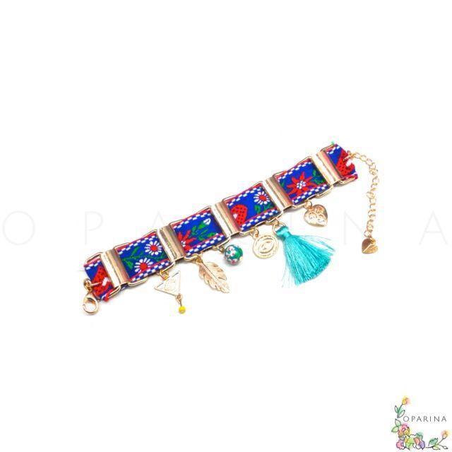 Pulsera Etnica Azul y Rojo, con Borla Turquesa y Dijes Dorados de Pluma , Evil Eye y Corazones. #oparina #boho #bohochic #bohemian #glam #bangle #pulsera #hippiefashion #coachella #madewithstudio