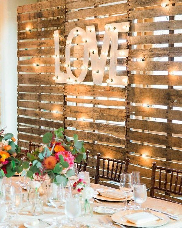 Inspiração pro noivado ou casamento: painel de madeira e letreiro luminoso! AMO!
