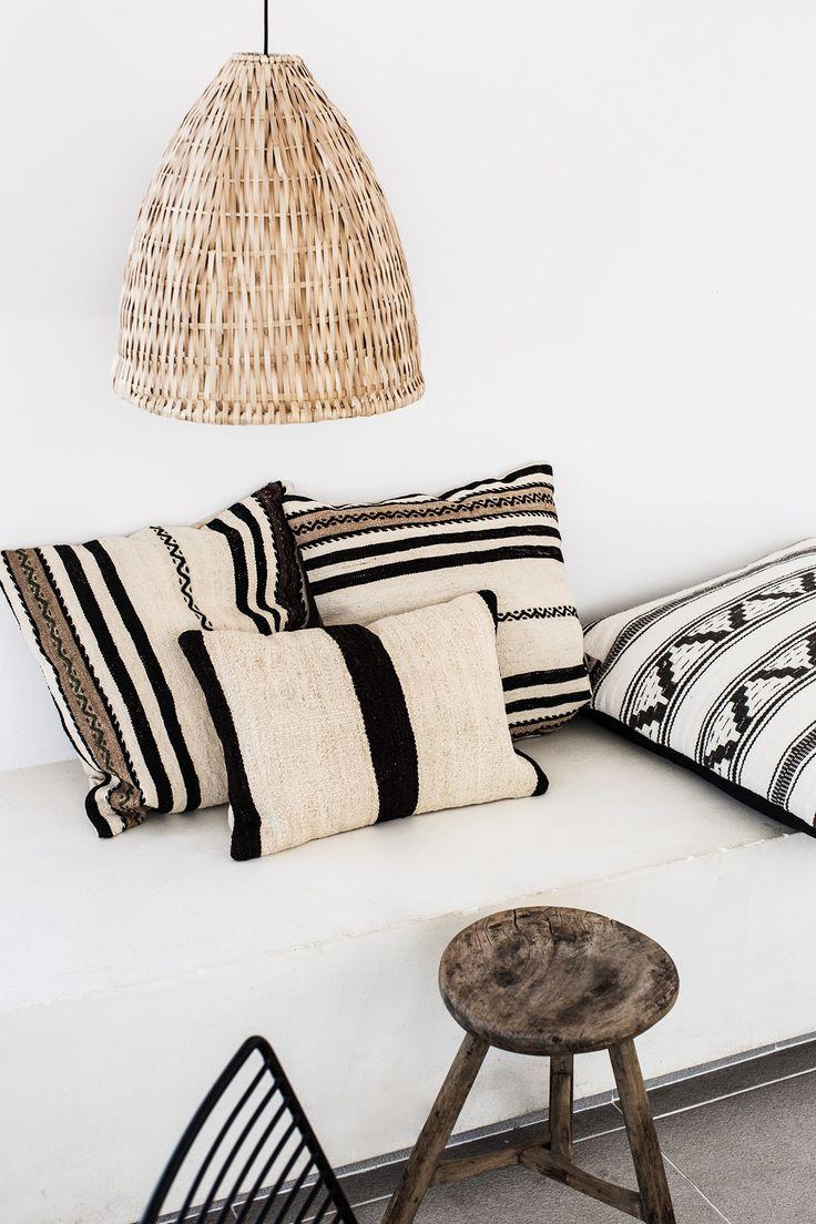 Hôtel Casa Cook à Rhodes | PLANETE DECO a homes world | coussins ethniques en noir et blanc