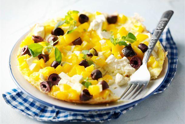 Kreikkalainen munakas ✦ Kreikkalainen munakas valmistuu nopeasti maukkaaksi iltapalaksi. http://www.valio.fi/reseptit/kreikkalainen-munakas-1/