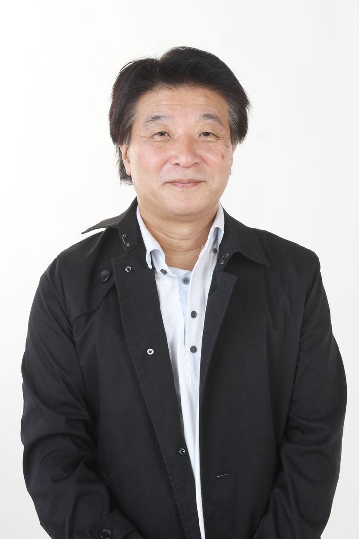 ゲスト◇雑賀俊郎(Toshiro Saiga)1958年生まれ、福岡県出身。早稲田大学卒業。泉放送制作に入社し、数多くの作品のディレクターやプロデューサーを務める。2001年『クリスマス・イヴ』で劇場映画監督デビュー。 その後、『ホ・ギ・ラ・ラ』(02)、『RANBU 艶舞剣士』(04/ゆうばり国際ファンタスティック映画祭出品)と続けて監督作を発表。2008年、鹿児島の遠泳を題材にした『チェスト!』を監督。同作は第8回角川日本映画エンジェル大賞を受賞し、香港フィルムマートの日本代表作品に選出された。その他の監督作に、ヨットレースに挑む少女たちを描いた『海の金魚』(10)、石川県の港町を舞台にアマチュアオーケストラの奮闘を描いた『リトル・マエストラ』(13/上海国際映画祭日本映画週間正式招待)、 宮崎県に伝わる神話を子どもたちのダンスで描いた『神話の国の子どもたち』(15)などがある。
