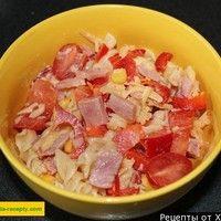 Итальянский салат с макаронами ветчиной помидорами и сыром
