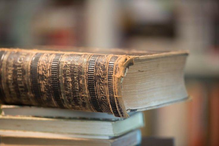 Bild: Pixabay.com Wir Menschen sind schon ein seltsames Völkchen – erst, wenn wir etwas nicht mehr haben, merken wir, was wir einst hatten. Ich gebe zu, ich lasse mich auch von den modernen Zeiten verführen. Ich nutze ein Handy, finde meinen Apple schick und wenn ich lese, nehme ich manchmal auch ein Elektrobuch zu Hand. Oder vielmehr die elektrische Lesekrücke, um so ein e-Buch überhaupt zu lesen. Alte Bücher Doch vor ein paar Tagen las ich eine Meldung, die mir unter die Haut ging. Und mir…