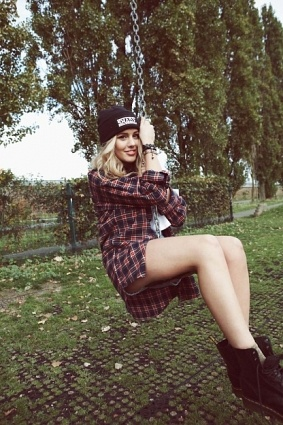 Caggie Dunlop. Love this casual outfit ❤