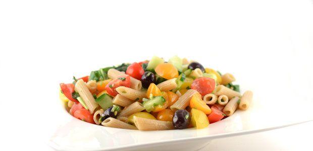 Een pastasalade is altijd lekker. Je kunt hem als lunchgerecht serveren, maar ook prima als avondmaaltijd. Met dit pastasalade recept scoor je altijd!