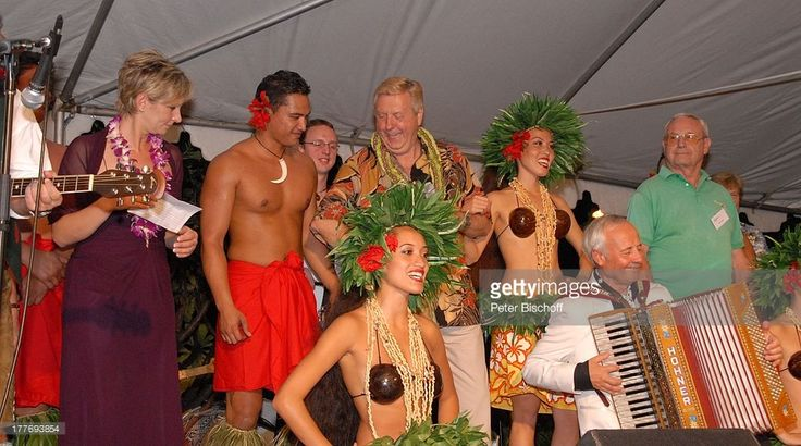 Karl Moik (3.v.li.), Claudia Jung (li.), Alfredo (mit Akkordeon, 'C o m b o A l f r e d o'), Einheimische Hula-Tänzer, Tänzerinnen, Reisebüro-Begleiter (re.), Musik-Show 'Aloha & Servus', 'Sheraton Hotel', Honolulu, Insel Oahu, Hawaii, Amerika, USA, Auftritt, Bühne, Kette, Blumenkette, Blütenkette, Orchideen-Leis, Kokos-BH, Kopfschmuck, singen, tanzen, Musikinstrument, Moderator, Sängerin, Musiker,