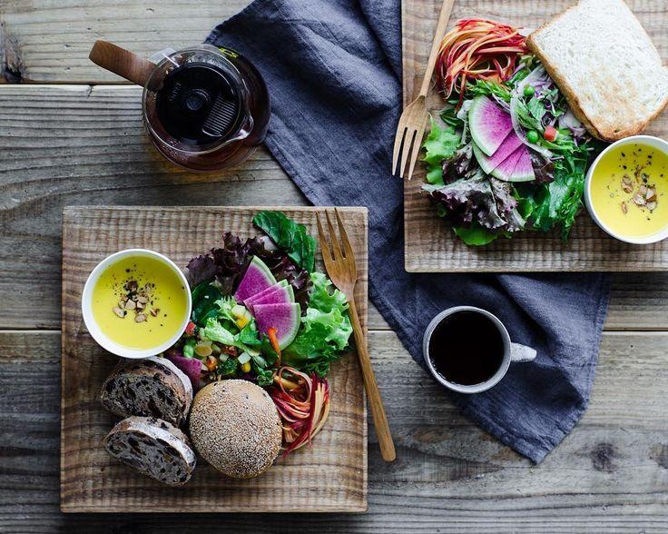 「土曜日の遅い朝食 . . 東京駅のグランスタで購入したサラダとパンで朝ごはん。 . RF1 京野菜入り緑の30品目サラダ に、ブルティガラのブレ・デ・ザンパンとセーグル・フリュイ・プチ . それから冷蔵庫にあった残りもののレタス、紅芯大根とキャロットラペ、カボチャのポタージュを盛り合わせにして。 .…」