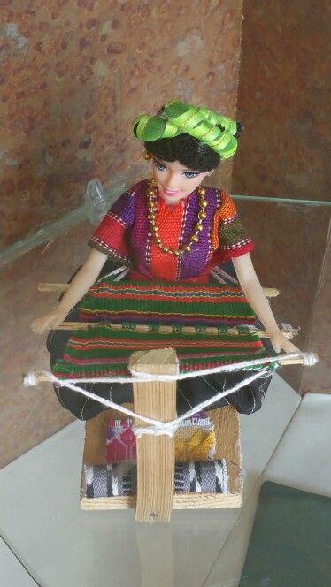 Muñeca barbie haciendo ropa tipica de Guatemala