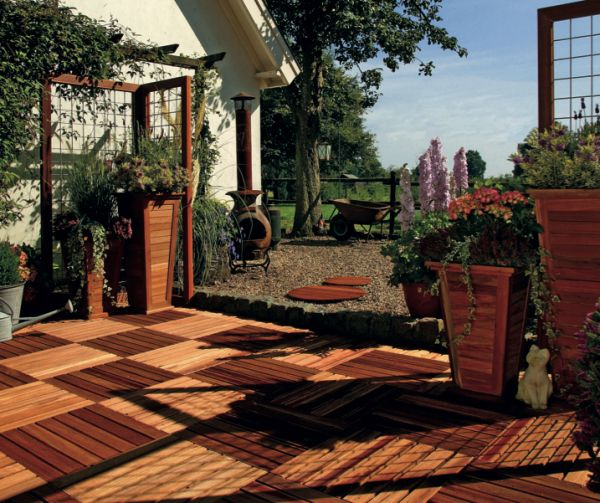 Bankirai hardhouten terrastegels 50x50 cm om en om gelegd. Zeer geschikte houten tegels voor balkon en dakterras.   Gadero productnr: DV2821-24-500-500