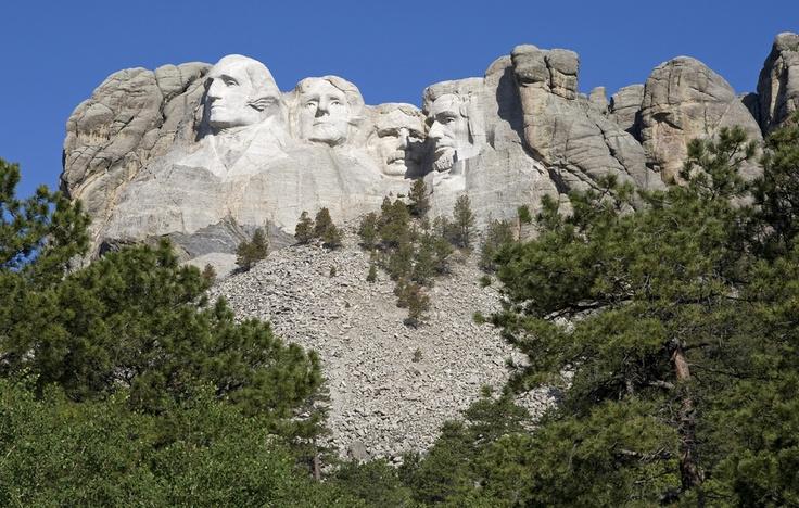 #USA #Keystone . Situé dans le Dakota du Sud, le mémorial national du Mont Rushmore est une sculpture de granite qui attire plus de deux millions de visiteurs chaque année. Hautes de 18 mètres, les sculptures représentent quatre des présidents les plus marquants de l'histoire américaine. De gauche à droite, il s'agit donc de George Washington, de Thomas Jefferson, de Theodore Roosevelt et d'Abraham Lincoln. http://vp.etr.im/ab8