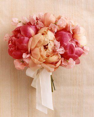 Peônia – sinceridade. Cores: branca, rosa, vermelha. Muito usada em bouquets nos EUA, é uma flor que é imponente pelo seu tamanho e delicada pelo formato de suas pétalas. Podem ser caras, mas somente com algumas delas dá para formar um bouquet exuberante.