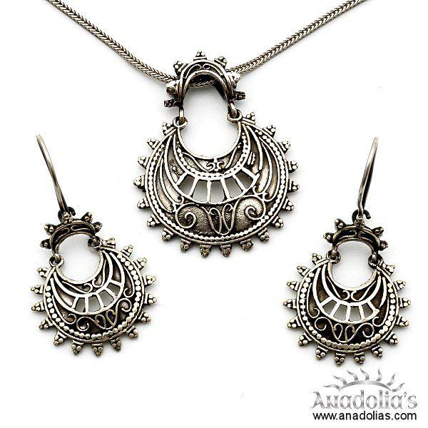 925 ayar gümüş kullanılarak ve el işçiliği olarak tasarlanan bu gümüş takım, şık dizaynı ile de dikkatleri çekmektedir.  Krem,parfüm,çamaşır suyu gibi maddeler ile temasından kaçınılmalıdır.  Telkari Midyat