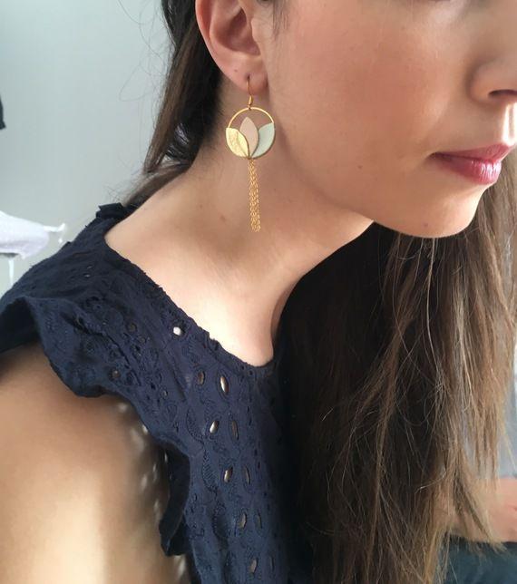 Boucles d'oreilles nénuphar en cuir doré, rose poudré et vert pastel élégantes et féminines tendance bohème chic