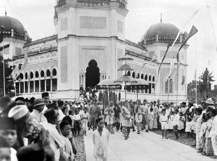 Society welcomes Sultan Alam Shah Amaluddin Sani Perkasa in Masjid Al Mashun, Medan (circa 1920's)