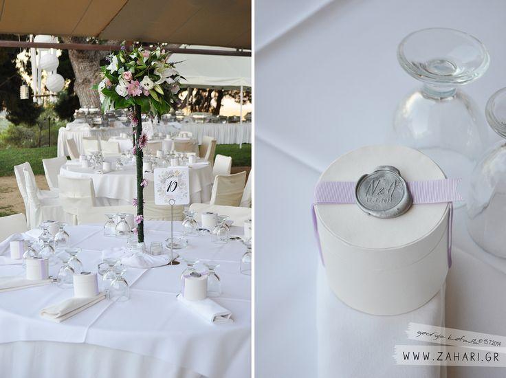 Στρογγυλά κουτιά - μπομπονιέρες, είναι σφραγισμένα με βουλοκέρι με τα αρχικά του ζευγαριού και την ημερομηνία του γάμου τους.  Floral καρτ...