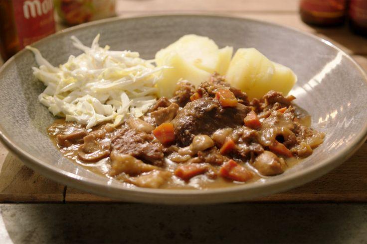 Om de week af te sluiten maakt Jeroen een vegetarische versie van de favoriete Vlaamse klassieker: stoofvlees met gekookte aardappelen en witloofsla. Hij vervangt het vlees door seitan. Dat zijn gluten die gekneed worden zoals een brood en waaruit het zetmeel en de zemelen verwijderd worden. Dan wordt het gemarineerd in onder andere soja waardoor het veel smaak krijgt.