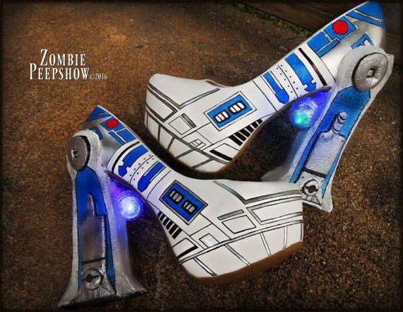 Les pompes ZombiePeepshow «R2D2» sont peint à la main personnalisé avec dispose de robotique. Chaque chaussure a un module de LED que les cycles entre les combinaisons de couleurs. Ceux-ci ont été fait sur mesure pour un client de sorte que le produit final que vous recevrez aura légères différences (c'est à dire, le positionnement et la variation de détail de la peinture, exactitude de robot et leds, etc.) de sorte qu'aucuns deux paires de talons ne sont les mêmes. Modules lumineux…