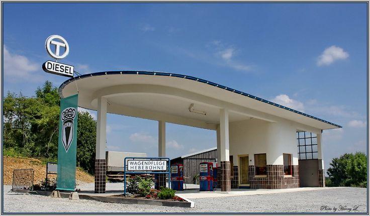Nostalgische Tankstelle (Freilichtmuseum Detmold) von Henryk L