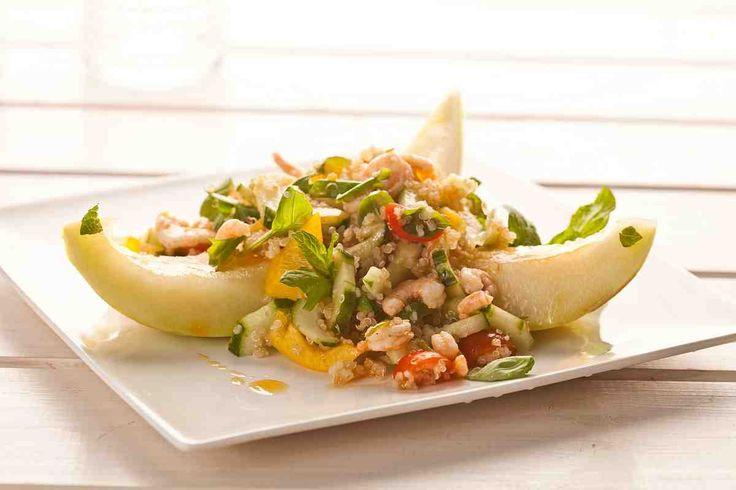 Sałatka z komosy z melonem i krewetkami w pikantnym sosie limonkowo-paprykowym. #sałatka #komosa #melon #krewetki #grill #majówka #przepis #przepisy #tesco #smacznastrona