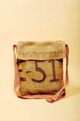 Después de trabajar como editora de modas en Paris y Nueva York, Ariane Dutzi comenzó a producir bolsas hechas a mano desde Valladolid, México, en la península de Yucatan, utilizando materiales reciclados y ecológicos con la ayuda de artesanas locales. Su marca, Dutzi Design, esta comprometida con la comunidad y el medio ambiente, y sus diseños tienen una estética única que combina arpillera y rafia blanca con maderas tropicales y piel, que al envejecer se ven mejor aún.