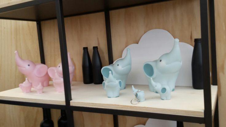 Balthazar!!! Leuke roze en blauwe spaarpotten en een lampje zijn te koop bij Lotje. #spaarpotten #olifant #roze #blauw #balthazar #sparen #kraamcadeau #cadeau #lotjedenbosch #ridderstraat