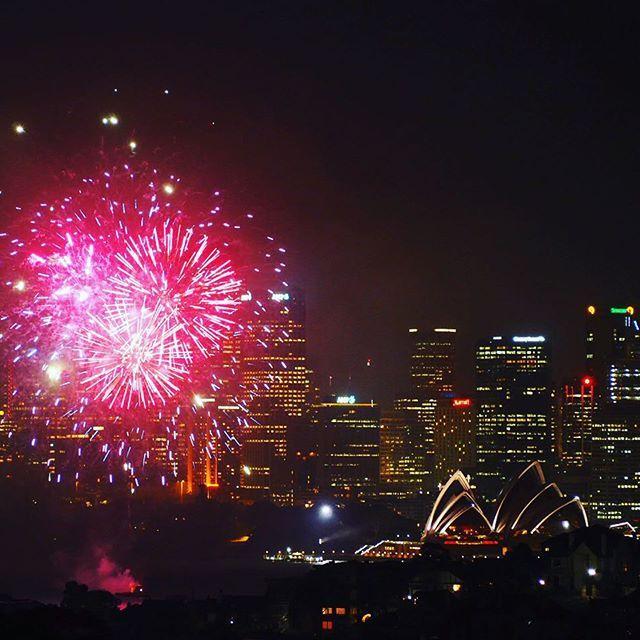 Good to be back 🎉🎆💥 #sydney #australia #night #sky #fireworks #nightcity #love #city #operahouse #wonderful #view #party #travel #podroze #aussie #thebest #feels #like #home