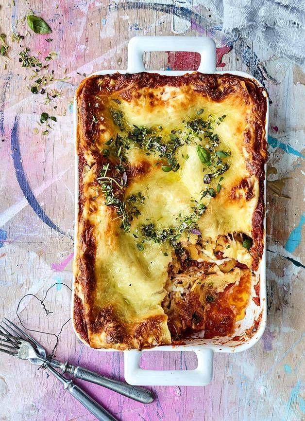 Täyteläinen mascarponejuusto ja raikas tomaattikastike tekevät tästä lasagnesta erityisen mehevän.