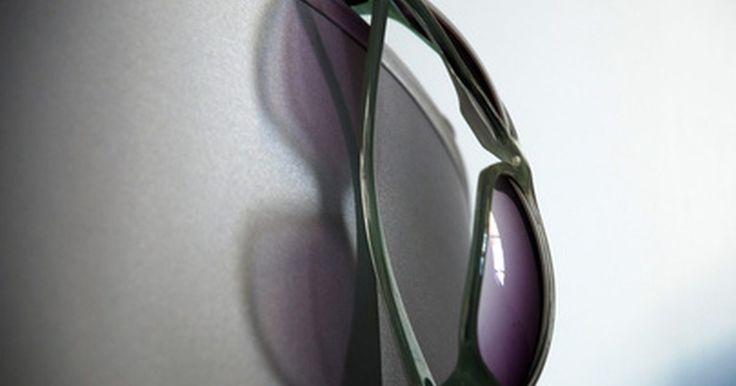 Cómo saber si unas gafas de sol Ray Ban son auténticas. Las gafas de sol Ray Ban han sido un elemento básico en la moda durante muchos años. Al igual que muchos otros accesorios costosos, las falsas gafas de sol Ray Ban son muy comunes en el mercado negro, donde se venden a precios con descuento aparentando ser reales. La calidad de estos anteojos es variable, algunos serán evidentemente una imitación, ...