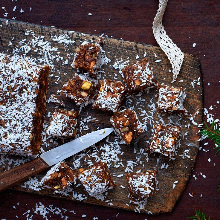 En bar som är nyttig men som smakar pepparkaka! Vad ska man säga - God jul! http://www.ica.se/recept/bars-med-notter-och-torkad-frukt-721233/