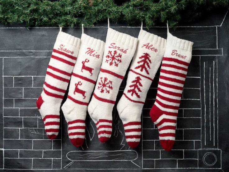 MAGLIA DI LANA MANO PERSONALIZZATO CALZA DI NATALE - SET DI 5  Aggiornare il vostro arredamento vacanza con calze di Natale di lana lavorato a mano tradizionale. Se hai personailze il tuo calze di Natale o lasciare loro pianura, queste belle fatte a mano in calze di Natale sarà custodito per molti anni.  Questo è per un set di 5 calze esattamente come mostrato nella foto sopra. Con questo profilo si salverà considerevolmente sulla spedizione come si pagherà lo stesso tasso come qualcuno…