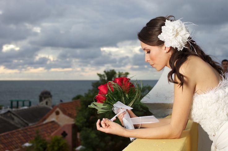 Flor elaborada artesanalmente en shifones, centros en perlas y plumas. Vestido de Novia #GBnoviasfelices