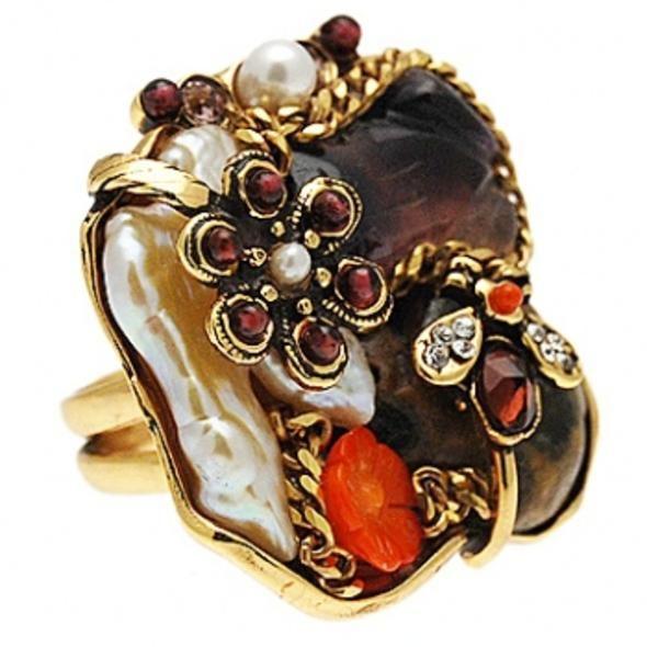 Stravaganti I pezzi unici di Alcozer & J anelli in metallo dorato e pietre preziose, nati dalla tradizione orafa fiorentina