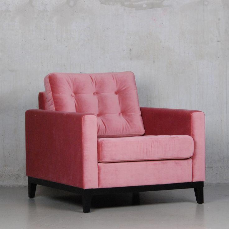 De Marieke 1-zits is een stijlvolle retro fauteuil met Juke bekleding en klassieke knopen. Deze roze fluweel stoel zit super lekker!