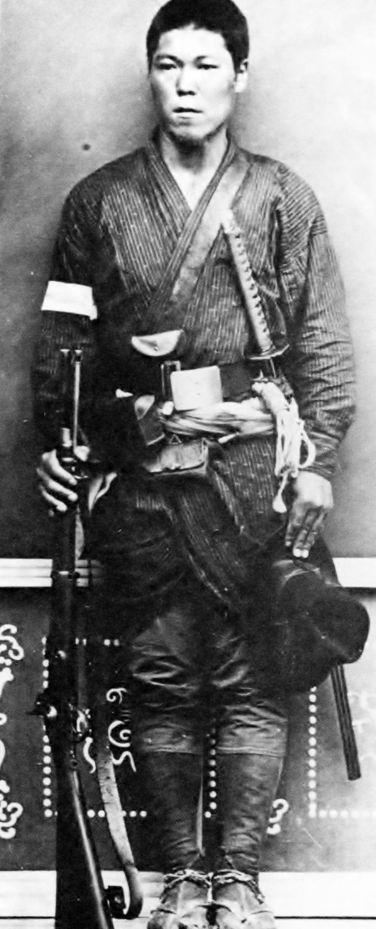 "Satsuma Rebellion of 1877 June shooting in Nobeoka , Saigo soldiers . Enpiru gun in his right hand , the armband is with "" odd soldiers Niju number Squadron , right second squad Ochiai KenTakashi "" ."