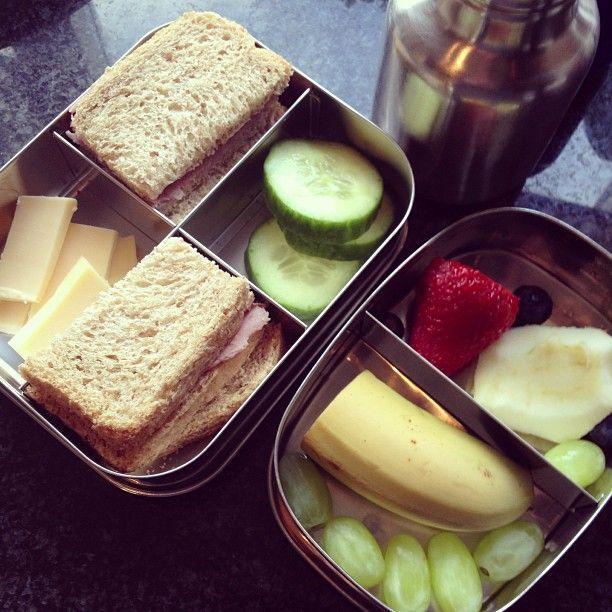 Twitter / iAgeeth: Vandaag #meenaarschool Brood, komkommer, kaas en banaan, aardbei, druif & appel. Zoon is er blij mee :)