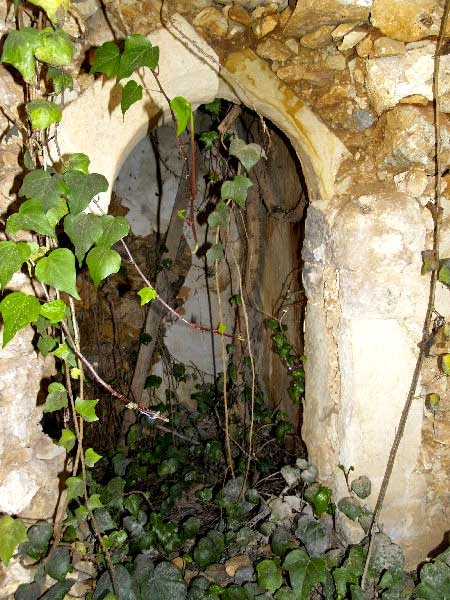 For sale an old stone built village property of 93,04m² in need of total renovation, benefiting from additional building density and with some characteristic traditional features...