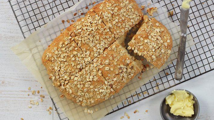 Scones er en type brød som lages uten gjær og med bakepulver som hevemiddel. Det går raskt å lage og passe kjempebra til frokost, som kuvertbrød og som brød på for eksempel et koldtbord.  Scones lages med bakepulver som hevemiddel, og er derfor raskt å lage. Grove scones passer til frokost, lunsj, som kuvertbrød eller som tilbehør til koldtbordet.