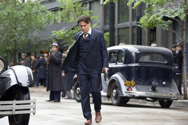 Inimigos Públicos Nesse filme, Johnny Depp vive um dos maiores criminosos dos Estados Unidos: John Dillinger. São os anos 30 e os trajes respeitam aquele impecável padrão. No elenco ainda estão nomes como Christian Bale,Marion Cotillard,Billy Crudup e Stephen Dorff.
