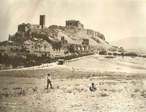 Η Ακρόπολη με τον Παρθενώνα και τον πύργο του Σερπεντζέ. Διακρίνονται και τα ερείπια του θεάτρου του Ηρώδου του Αττικού, 1880.