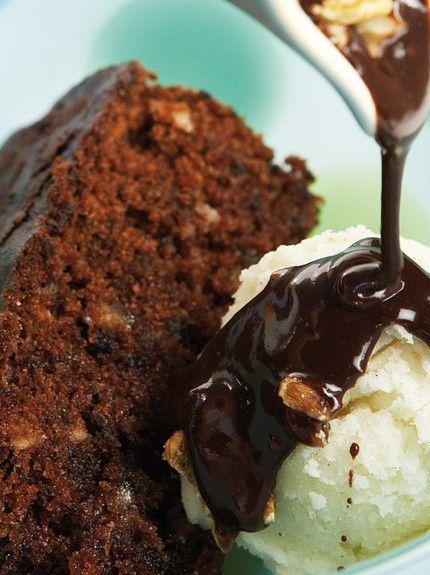 Υπέροχη συνταγή για μια σοκολατένια καρυδόπιτα που μας έρχεται από τη Μικρασιάτικη Σμύρνη. Η κλασική μας καρυδόπιτα μπλέκεται με τη σοκολάτα και η παντρειά τους είναι μοναδική! Εκτέλεση Φτιάχνετε την καρυδόπιτα: Χωρίζετε πρώτα τους κρόκους από τα ασπράδια των αβγών. Μετά ανακατεύετε την αλεσμένη καρυδόψιχα με το νισεστέ και τη μισή ζάχαρη. Χτυπάτε στο μίξερ …