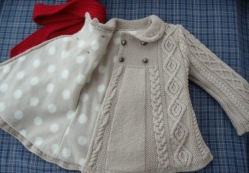 Вязаное пальто для девочки спицами