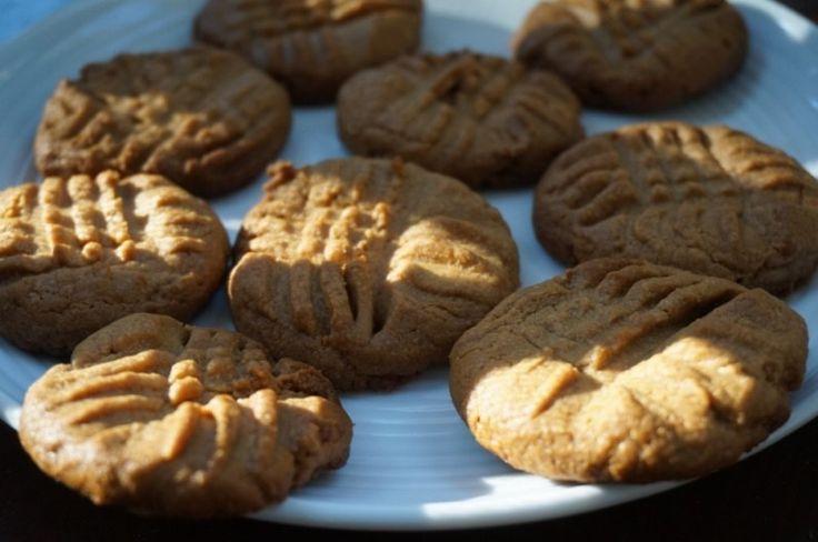 арахисовое печенье без муки:  на стакан арахисовой пасты полстакана сахара и 1 яйцо, печь 12 минут.